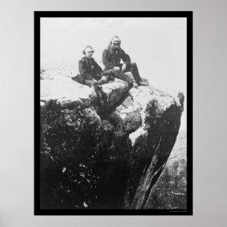 Oficiales encaramados en la montaña del puesto de  poster