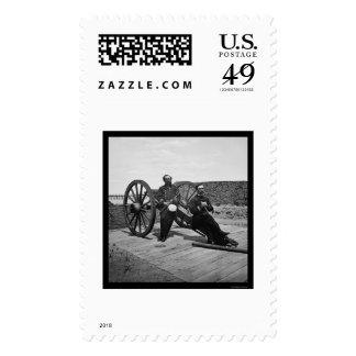 Oficiales navales en un cañón en Charleston, SC Franqueo