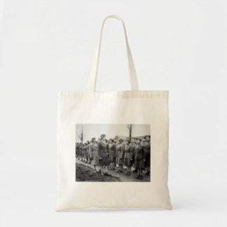 Oficiales negros que examinan a las tropas WWII In Bolsas De Mano