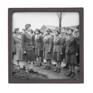 Oficiales negros que examinan a las tropas WWII In Caja De Joyas De Calidad