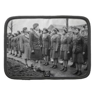 Oficiales negros que examinan a las tropas WWII In Organizador