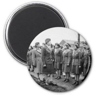 Oficiales negros que examinan a las tropas WWII In Iman