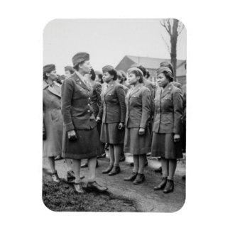 Oficiales negros que examinan a las tropas WWII In Imanes