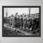 Oficiales negros que examinan a las tropas WWII In Posters