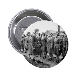 Oficiales negros que examinan a las tropas WWII In Pin Redondo De 2 Pulgadas