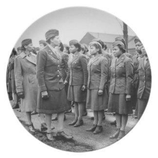 Oficiales negros que examinan a las tropas WWII In Plato
