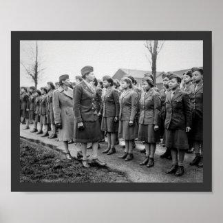 Oficiales negros que examinan a las tropas WWII In Póster
