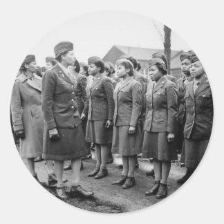 Oficiales negros que examinan a las tropas WWII Pegatina Redonda