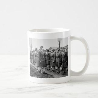 Oficiales negros que examinan a las tropas WWII Taza