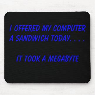 Ofrecí a mi ordenador un bocadillo hoy. … alfombrillas de raton