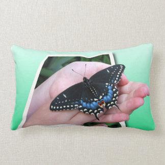 Ofrecimiento de la mariposa almohada