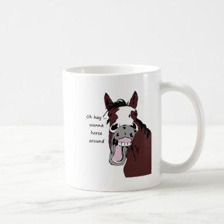 Oh el heno quiere al caballo alrededor de caballo taza clásica
