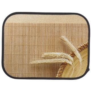 Oídos del trigo en la placa de madera alfombrilla de coche