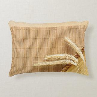 Oídos del trigo en la placa de madera cojín