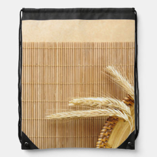 Oídos del trigo en la placa de madera mochila