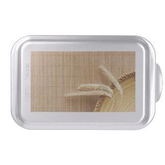 Oídos del trigo en la placa de madera molde para pasteles