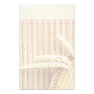 Oídos del trigo en la placa de madera papeleria