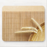 Oídos del trigo en la placa de madera alfombrilla de ratón
