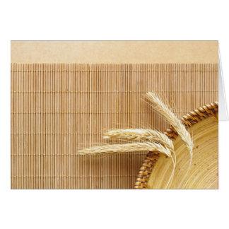 Oídos del trigo en la placa de madera tarjeta de felicitación