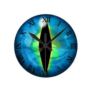 Ojo azul del dragón reloj redondo mediano