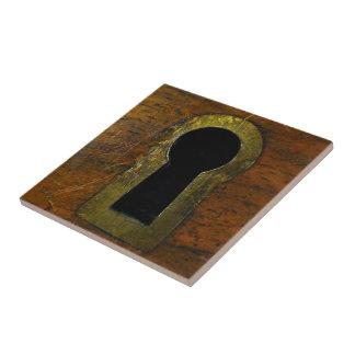 Ojo de la cerradura en una puerta de madera azulejo cuadrado pequeño