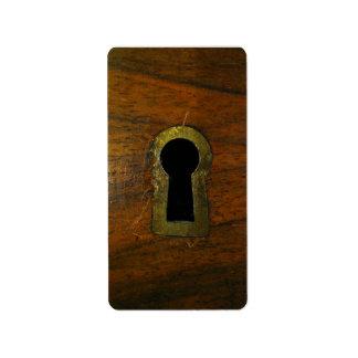 Ojo de la cerradura en una puerta de madera etiqueta de dirección
