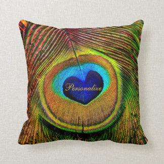 Ojo de las plumas del pavo real del amor con almohadas