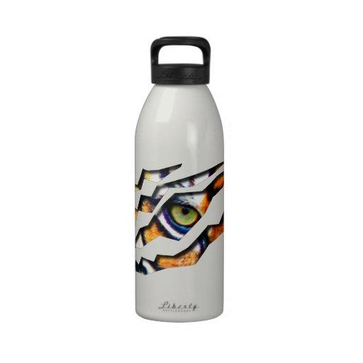 Ojo del rasgón del tigre a través botella de agua