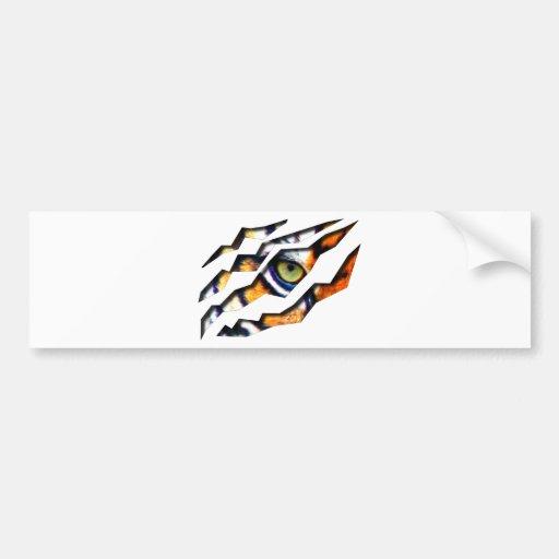 Ojo del rasgón del tigre a través etiqueta de parachoque