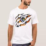 Ojo del rasgón del tigre a través de la camiseta