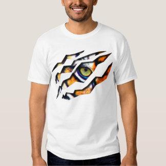 Ojo del rasgón del tigre a través de la camiseta playeras