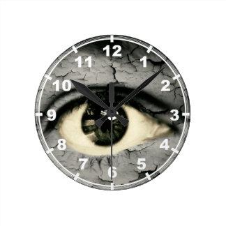 Ojo humano serrounded pelando la piel reloj