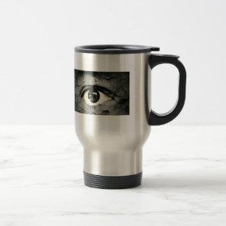 Ojo humano serrounded pelando la piel tazas de café