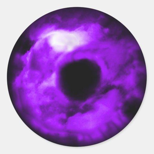 Ojo púrpura que mira el gráfico, interior nublado pegatinas redondas