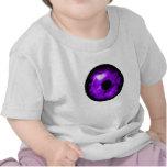 Ojo púrpura que mira el gráfico, interior nublado camiseta