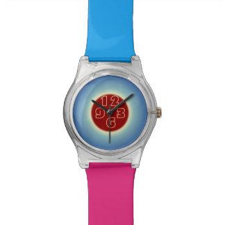 Ojo que coge los relojes multicolores del design>