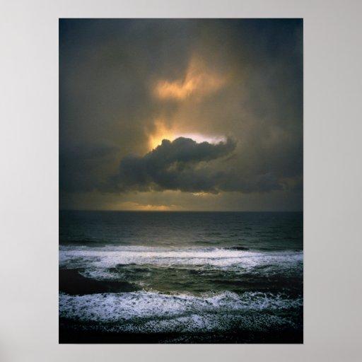 Ojo sobre el mar póster