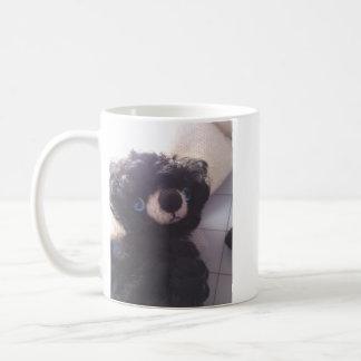 ojos azules del mini de peluche negro del oso taza básica blanca