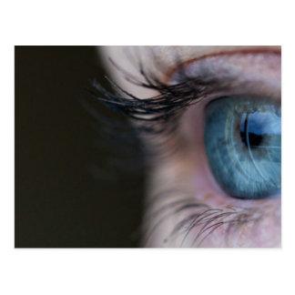 Ojos azules y pestañas largas postales