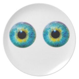 Ojos como la placa de los platillos plato
