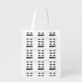 Ojos de las mujeres que muestran diversidad bolsas de la compra