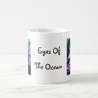 Ojos del océano azul profundo taza clásica
