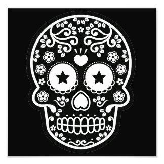 Ojos estrellados del cráneo blanco y negro del fotografía