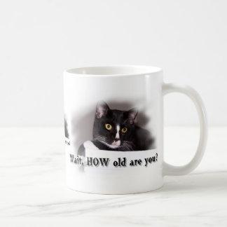 Ojos grandes del amarillo del gato blanco y negro taza de café