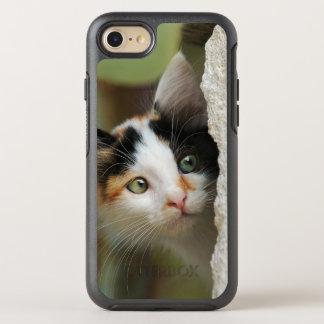 Ojos que alzapriman del gatito curioso lindo del funda OtterBox symmetry para iPhone 7