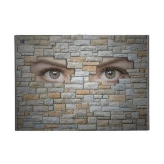 Ojos que miran a través de la pared de ladrillo iPad mini protectores