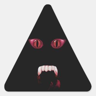 Ojos rojos malvados del demonio y colmillos pegatina triangular