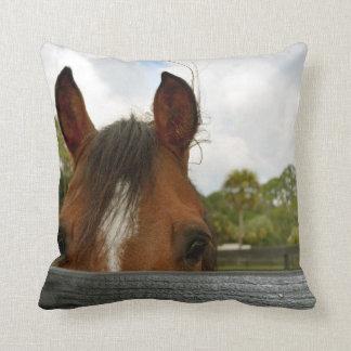 ojos sobre la cabeza de caballo de la cerca almohada