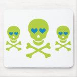 Ojos verdes de la bandera pirata y del corazón del tapete de ratones