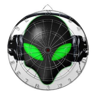 Ojos verdes de la cara extranjera del insecto en a tablero de dardos